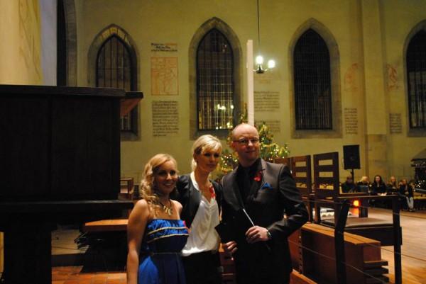3 moderátoři v kapli - bokem