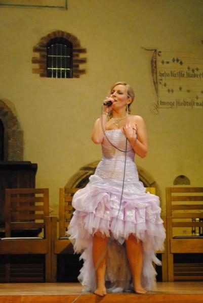 Helča zpívá v kapli