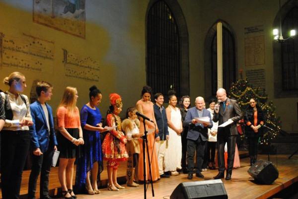 Krivenko předává s Rendou účastnické diplomy