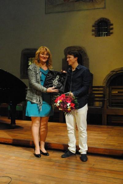 Olga Kopalová předává vítězi dar