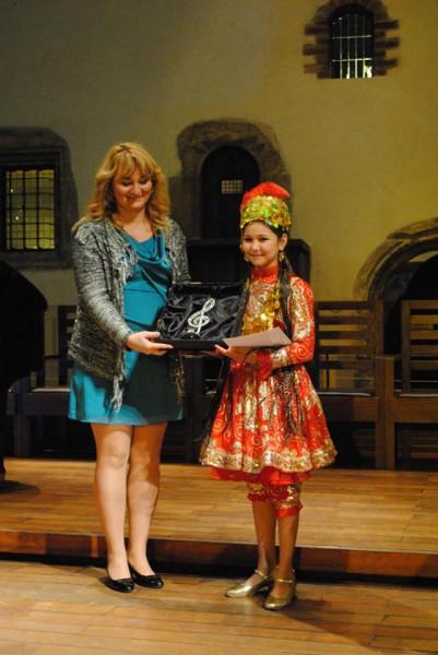 Olha Kopalová předává první cenu