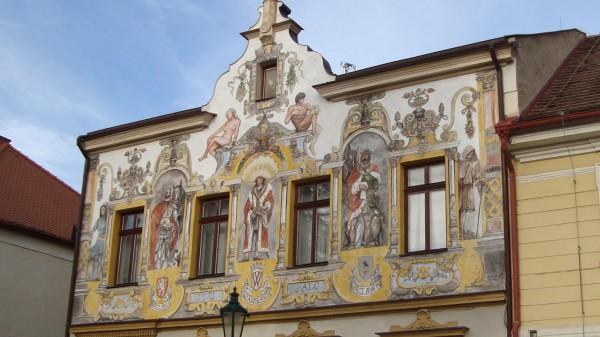 malovaná římsa domu