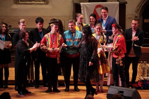 Katka předává cenu tanečnímu souboru