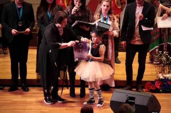Tatiana předává cenu Asetjyzy Aruai - kazachstán