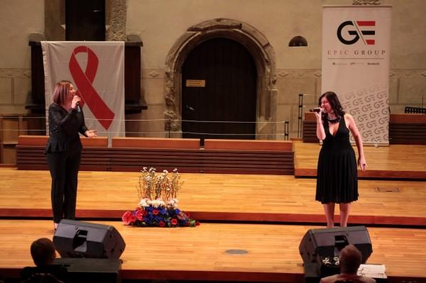 duet Shin a Malygina zpívají v kapli
