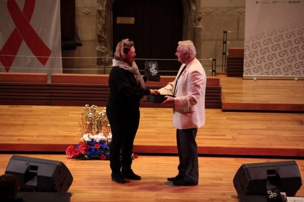 předávám cenu festivalu ředitelce souboru